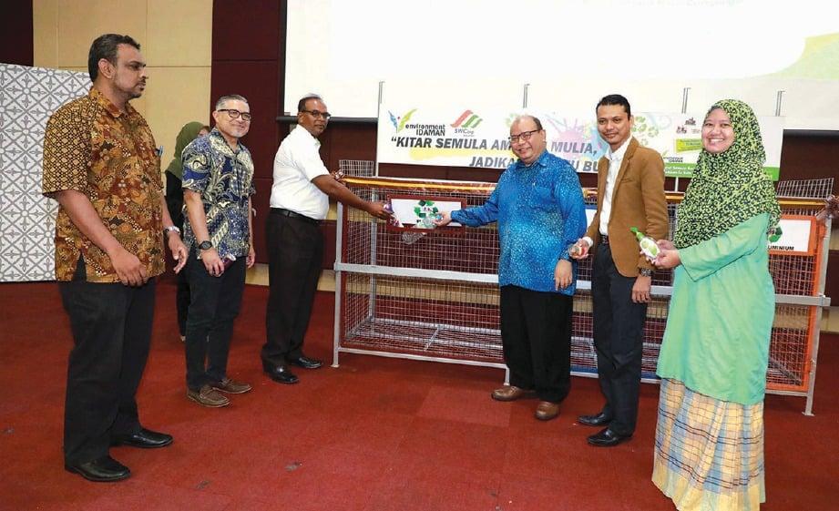 MELETAKKAN produk buangan yang boleh dikitar semula dalam sangkar 3R sebagai simbolik perasmian program Greenday @ UiTM Perak 2019.