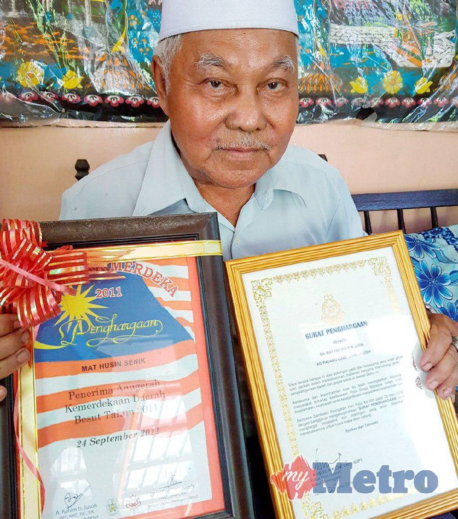 MAT Hussin  boleh berbahasa Cina menunjukkan sijil penghargaan sempena Sambutan Hari Kebangsaan pada 2011 dan Surat penghargaan Polis di atas jasanya. FOTO Mohammad Ishak