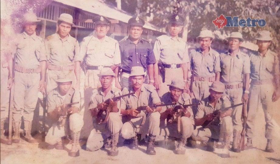 MAT Hussin (berdiri tiga dari kanan) bersama rakan pasukan polis ketika menentang komunis. FOTO Mohammad Ishak