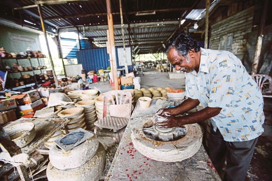 AMAL petua bapa dalam penghasilan produk seramik. FOTO Syarafiq Abd Samad