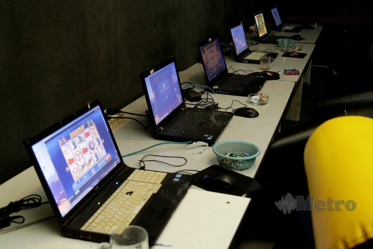 BEBERAPA komputer yang ditemui dalam premis judi atas talian di  Bandar Sunway. FOTO Aizuddin Saad