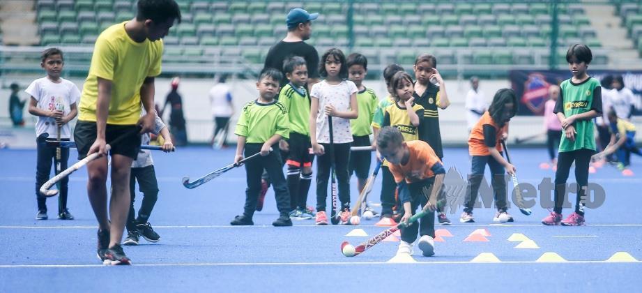 PESERTA diberi tunjuk ajar di Stadium Hoki, Bukit Jalil. - FOTO Azhar Ramli