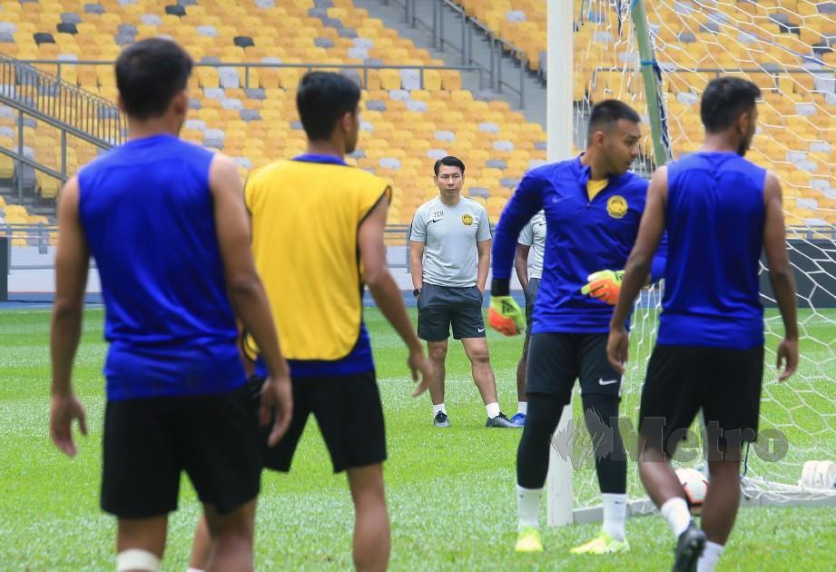 Cheng Hoe (tengah) memerhatikan pemainnya menjalani latihan. FOTO Mohd Yusni Ariffin