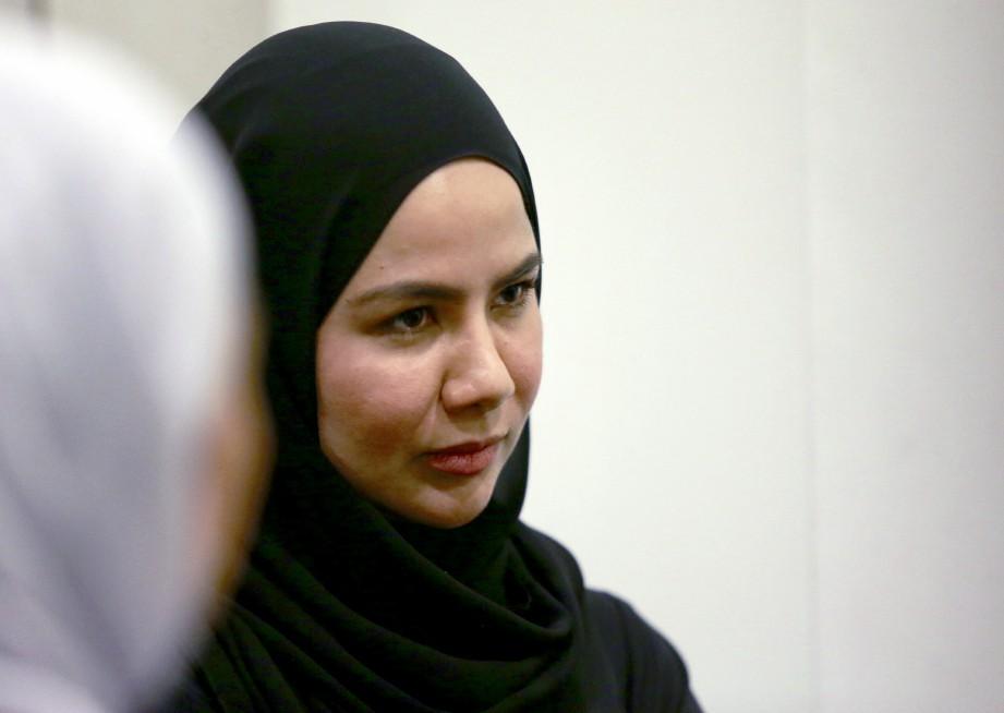 NOOR Nabila ketika ditemui tidak bersedia memberikan kenyataan sebelum menangis di hadapan pengamal media. FOTO Zunnur Al Shafiq