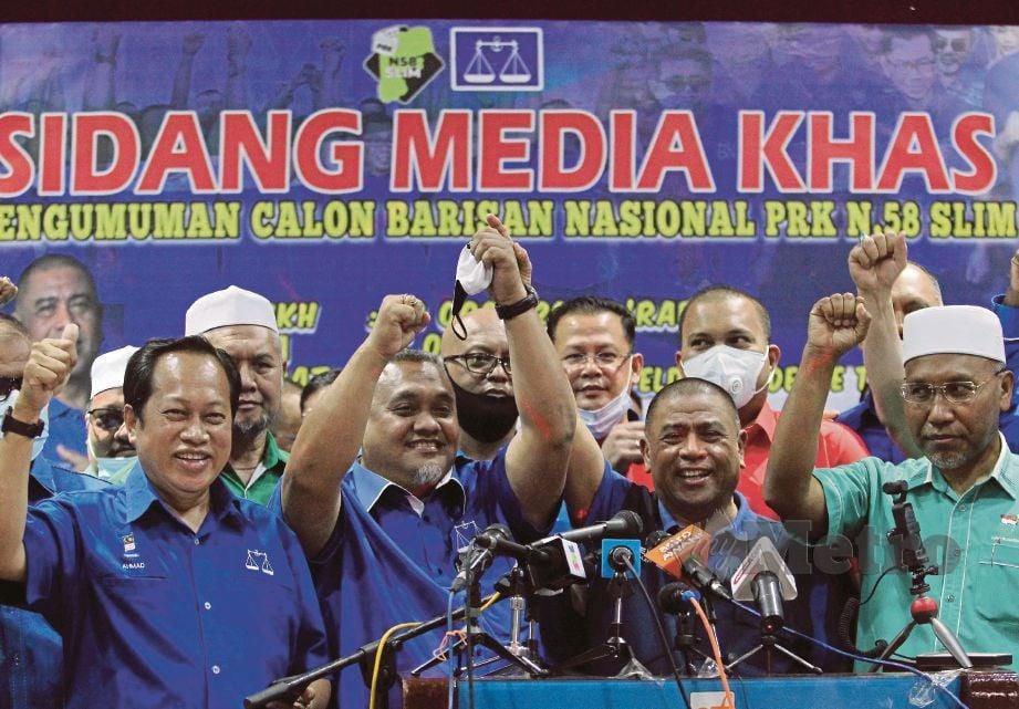 MOHD Zaidi (dua dari kiri) diumumkan sebagai calon BN bagi PRK Dun Slim, hari ini. FOTO SHARUL HAFIZ ZAM