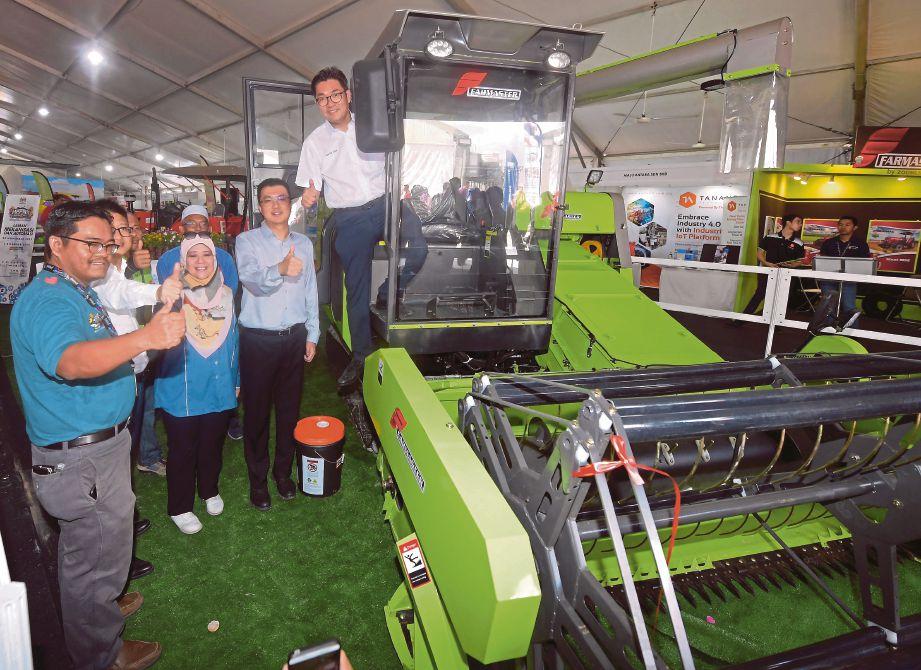 TIMBALAN Menteri Pertanian  dan Industri Asas Tani, Sim Tze Tzin ketika pelancaran produk 'Combine Harvester Farmaster' di Laman Mekanisasi dan Automasi sempena Hari Peladang, Penternak dan Nelayan Kebangsaan (HPPNK) 2019 di Padang B, Angsana Johor Bahru Mall, Johor Bahru.