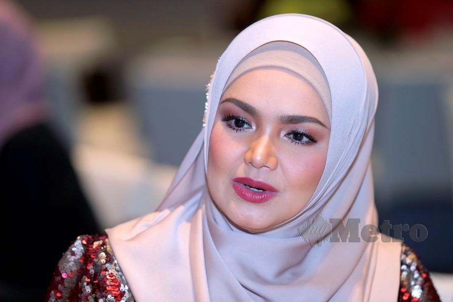 SEORANG peminat mengakui memeluk Islam selepas mendengar nyanyian Datuk Seri Siti Nurhaliza menerusi lagu Aisyah Istri Rasulullah yang dimuat naik di YouTube pada 10 April lalu.