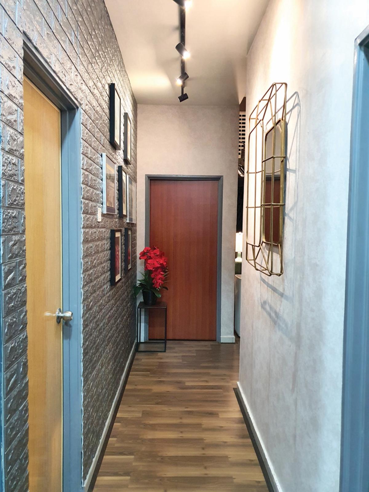 DINDING di laluan ke dapur dihias dengan kertas dinding dan gambar.