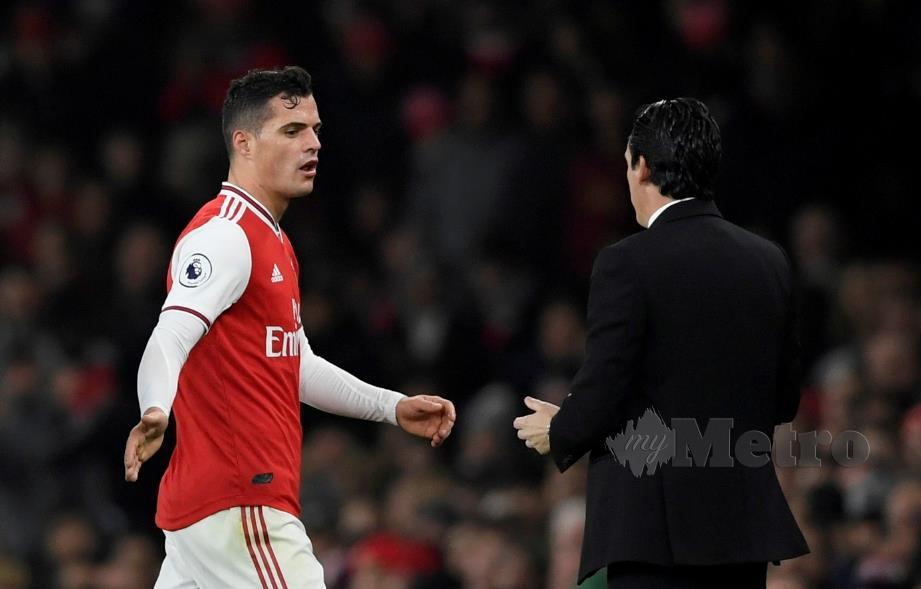 REAKSI Xhaka ketika dia keluar padang pada perlawanan menentang  Crystal Palace. - FOTO Reuters