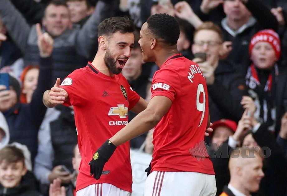 MARTIAL (kanan) diberi ucapan tahniah oleh Fernandes selepas menjaringkan gol pertama United. FOTO Reuters
