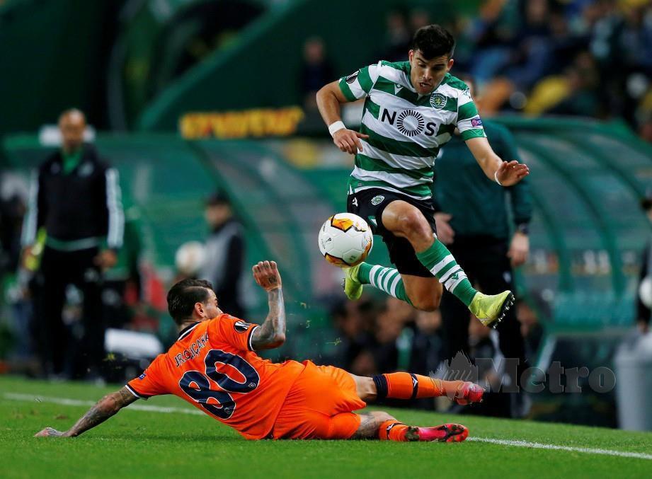 Pemain Basaksehir melakukan terjahan ke atas pemain Sporting, Rodrigo Battaglia. FOTO Reuters