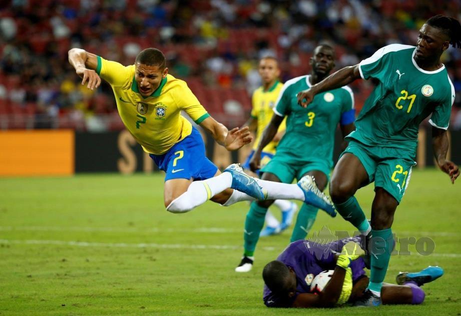 PENJAGA gol Senegal, Alfred Gomis menyelamatkan gawangnya daripada ditembusi Richarlison. - FOTO Reuters