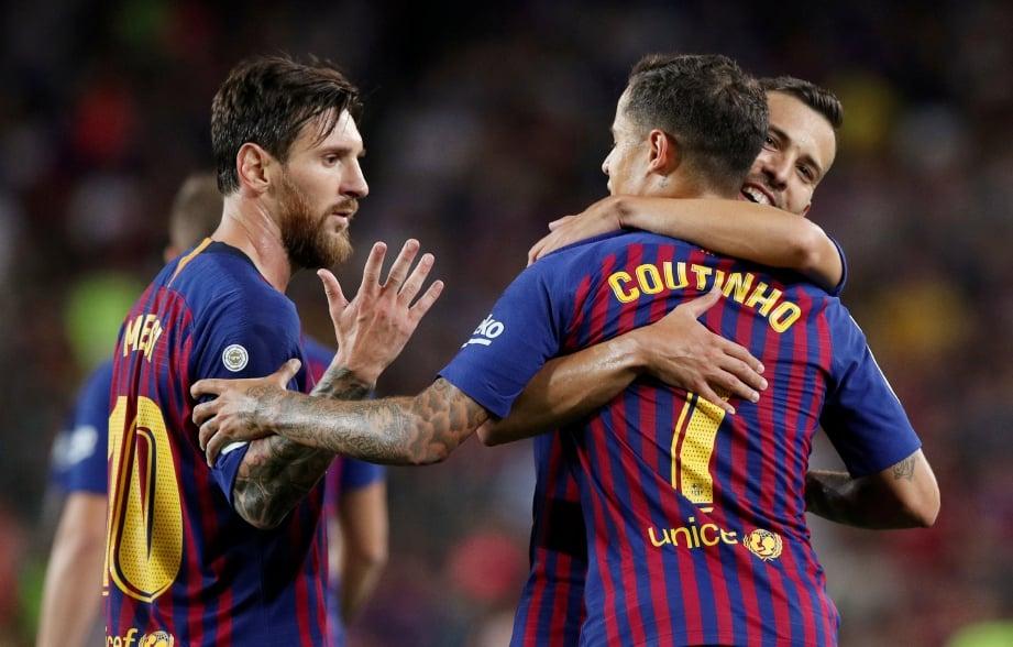 PENYERANG Bacelona, Lionel Messi (kiri) meraikan jaringan bersama rakan sepasukan ketika menewaskan Alaves 3-0. FOTO Reuters