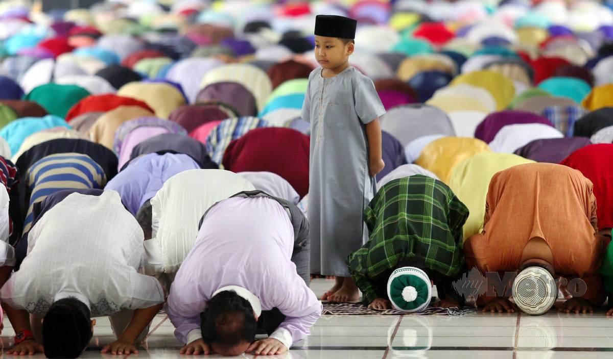 UMAT Islam wajib menjaga solat dengan tidak meninggalkannya atau melewatkannya. FOTO Arkib NSTP