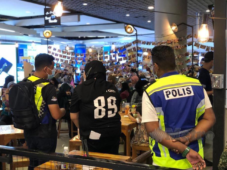 ANGGOTA polis pasukan pemantau Covid bersama ATM melakukan pemeriksaan di sebuah restoran yang dikompaun di sebuah kompleks beli belah kerana gagal patuh SOP. FOTO ZULIATY ZULKIFFLI