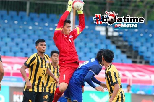 PENJAGA Gol Malaysia, Mohd Farhan Abu Bakar (tengah), mengawal keadaan. FOTO Mohamad Shahril Badri Saali