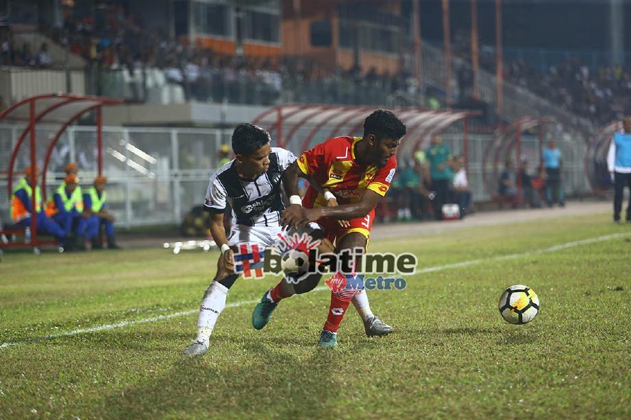 PEMAIN TFC I Abdul Malik Mat Arif (kiri) diasak oleh pemain Selangor dalam aksi Liga Super Malaysia 2018 di Stadium Sultan Ismail Nasiruddin Shah. -Foto ROZAINAH ZAKARIA