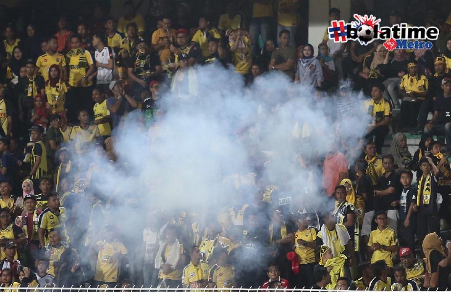 PENYOKONG Perak membaling mercun pada perlawanan separuh akhir pertama Piala Malaysia antara Perak menentang JDT di Stadium Perak. -Foto fail