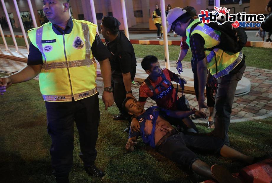 ANTARA insiden yang melibatkan penyokong Perak apabila seorang penyokong JDT terkena mercun di pekarangan Stadium Perak selepas aksi separuh akhir pertama Piala Malaysia antara Perak menentang JDT di Stadium Perak. -Foto fail