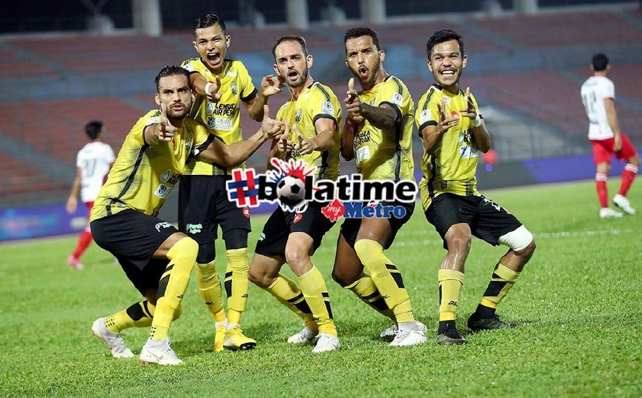 PEMAIN Perak,  Wander Luiz Bittencourt Junior (tengah) berjaya menjaringkan gol kedua melaui tendangan penalti ketika menentang Kuala Lumpur dalam aksi Liga Super di Stadium Bola Sepak Kuala Lumpur. FOTO Owee Ah Chun