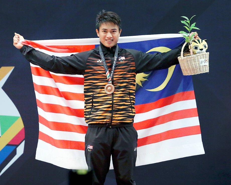 ATLET angkat berat negara, Loro Wellkinson Peuji memenangi pingat gangsa bagi kategori bawah 77kg. FOTO Muhaizan Yahya