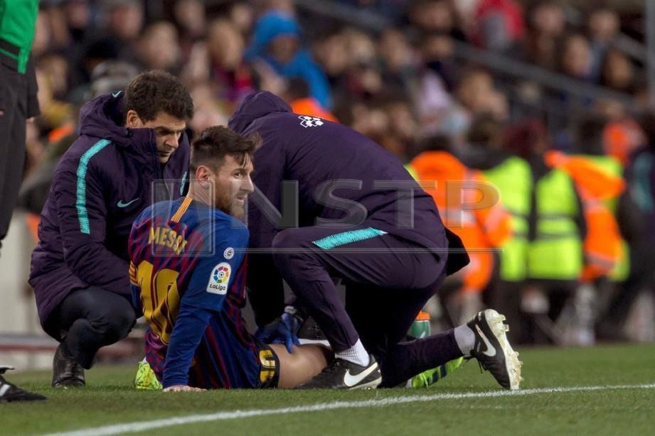 MESSI menerima rawatan selepas mengalami kecederaan ketika menentang Valencia.