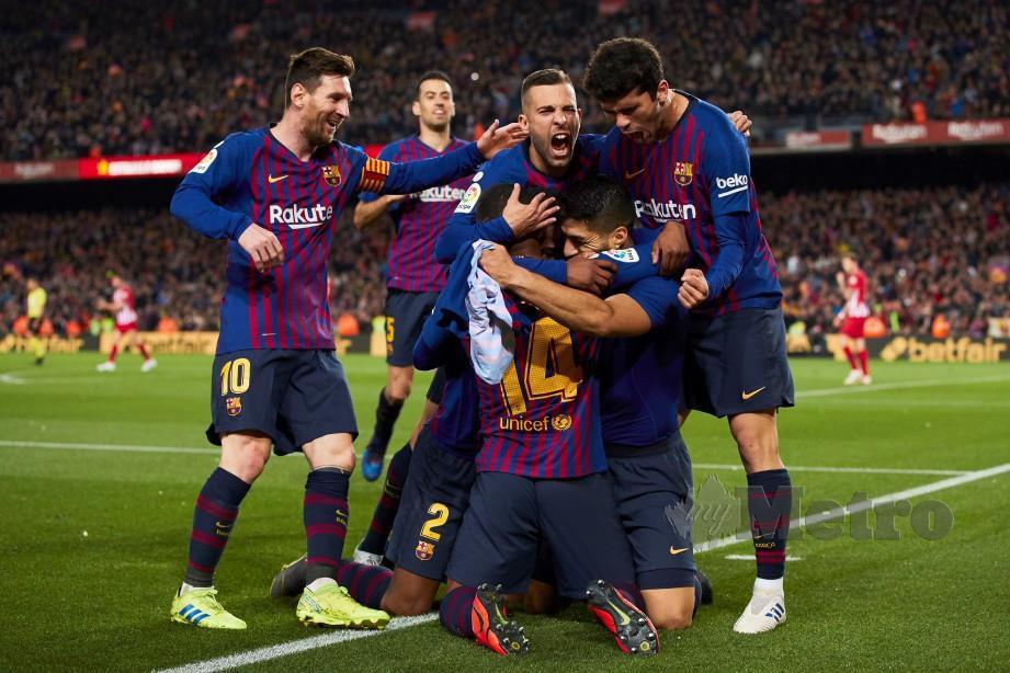 SUAREZ diraikan rakan sepasukan selepas menjaringkan gol pertama Barca. - FOTO Agensi