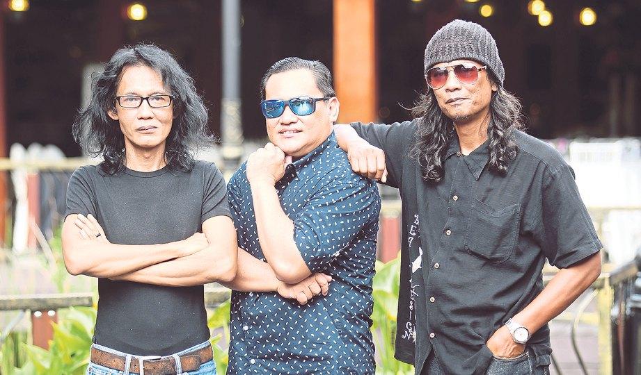 SPRING bersama tiga daripada lima anggotanya iaitu (dari kiri) Acong, Ameng dan Mp.