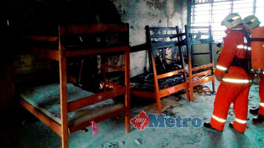 ANGGOTA Bomba memeriksa keadaan bilik asrama di SMK Tebedu. FOTO ihsan Bomba