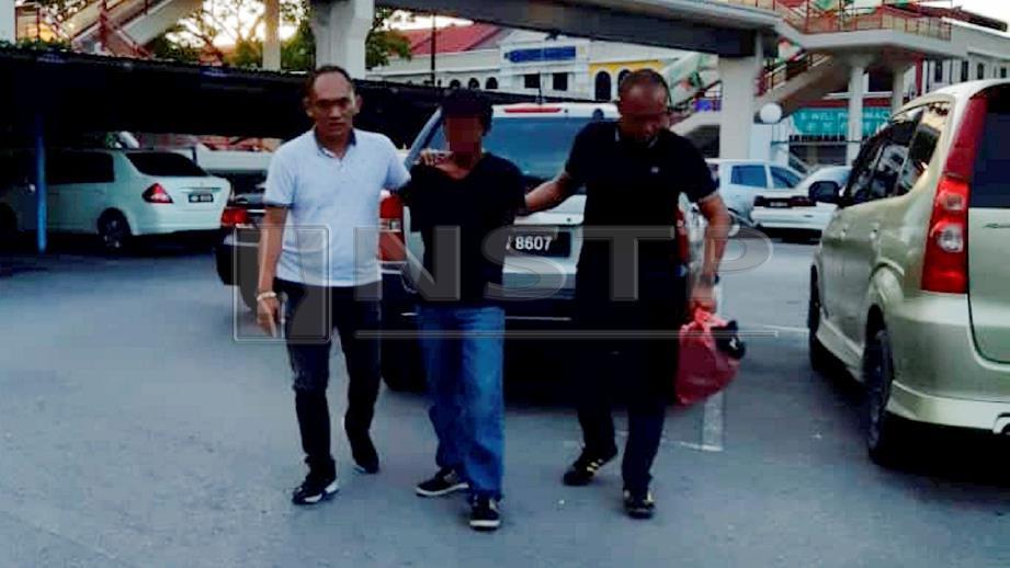 SUSPEK  kes samun dan rogol dibawa ke Balai Polis Pusat Miri untuk siasatan lanjut. FOTO Mohd Rizal Abdullah