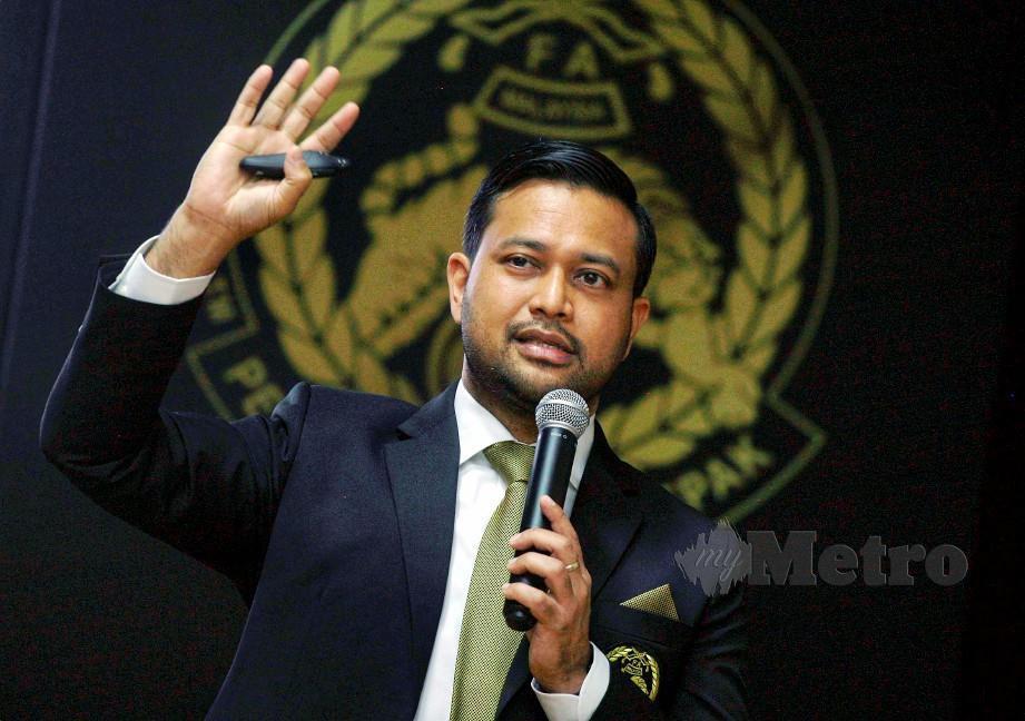 STUART bercakap pada sesi taklimat FAM bersama media bagi menjelaskan topik-topik semasa antaranya berhubung proses pemisahan dari FA ke FC, pelesenan kelab dan lain-lain di Wisma FAM, Kelana Jaya. FOTO Mohd Yusni Ariffin