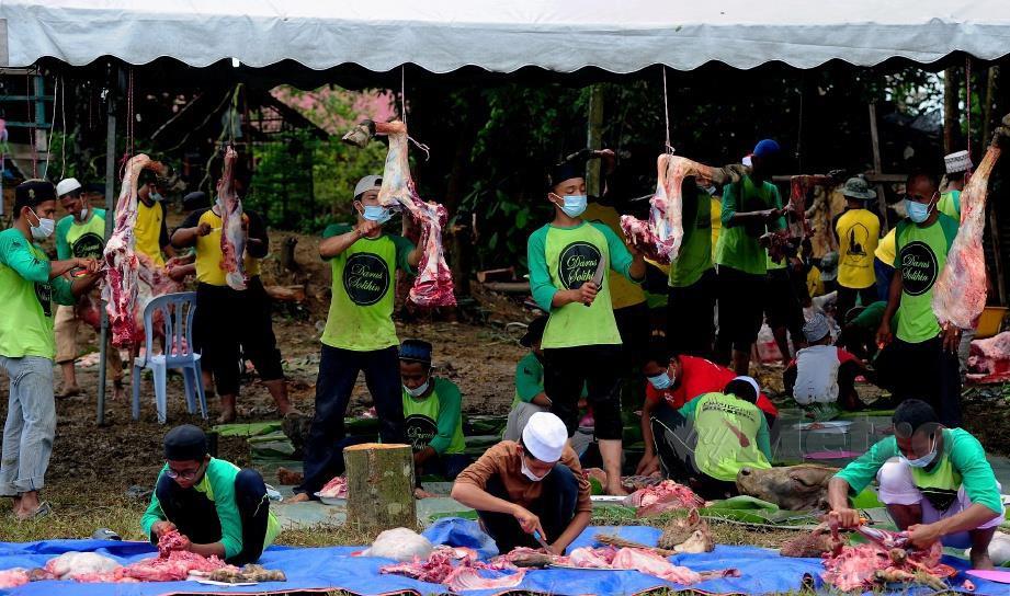 PELAJAR Madrasah Darus Solihin  memakai pelitup  muka serta mengekalkan penjarakan fizikal yang ditetapkan oleh Majlis Keselamatan Negara (MKN) dan Kementerian Kesihatan  Malaysia (KKM) semasa melaksanakan ibadah korban yang disambut dalam Perintah Kawalan Pergerakan Pemulihan (PKPP) di Seksyen 30, Shah Alam, semalam.