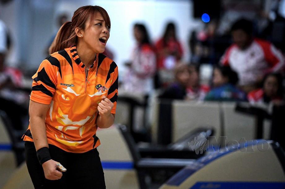 Siti Safiyah beraksi dalam acara boling kategori masters wanita step-ladder di Sukan Sea. FOTO Bernama