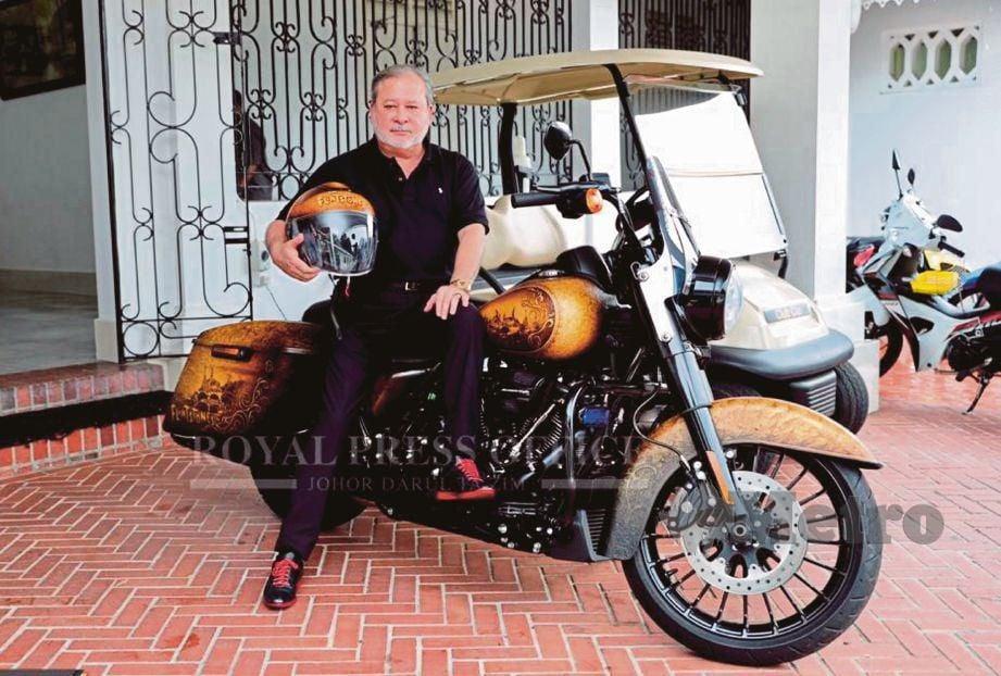 SULTAN Ibrahim berkenan bergambar bersama motosikal Harley Davidson yang akan digunakan ketika 'Harley-Davidson 2019 Road King Special Touring Bike' menjadi tarikan KMJ 2019.