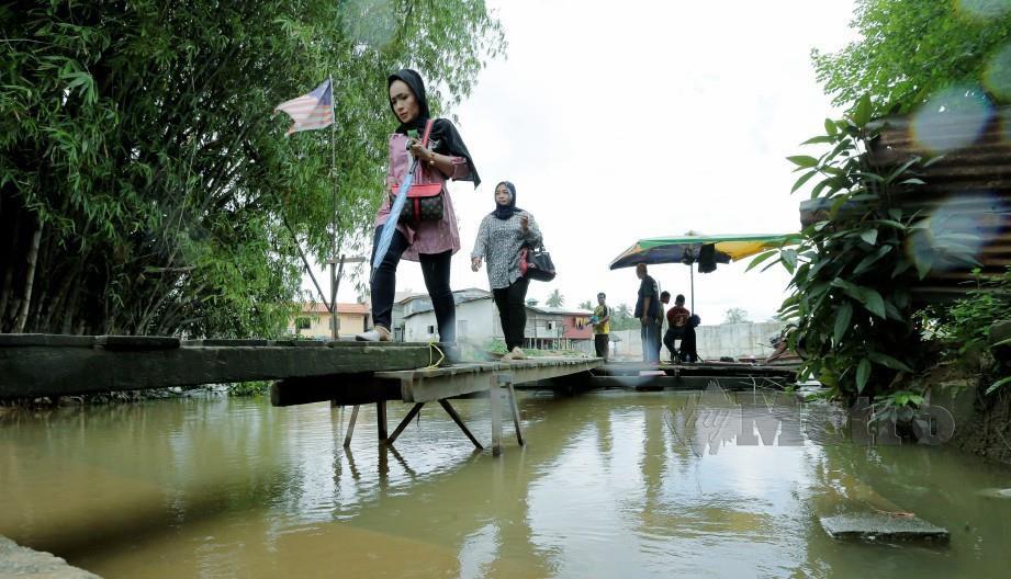PENDUDUK di sempadan Kelantan-Thailand menggunakan bot penambang untuk keluar masuk. FOTO Arkib NSTP.
