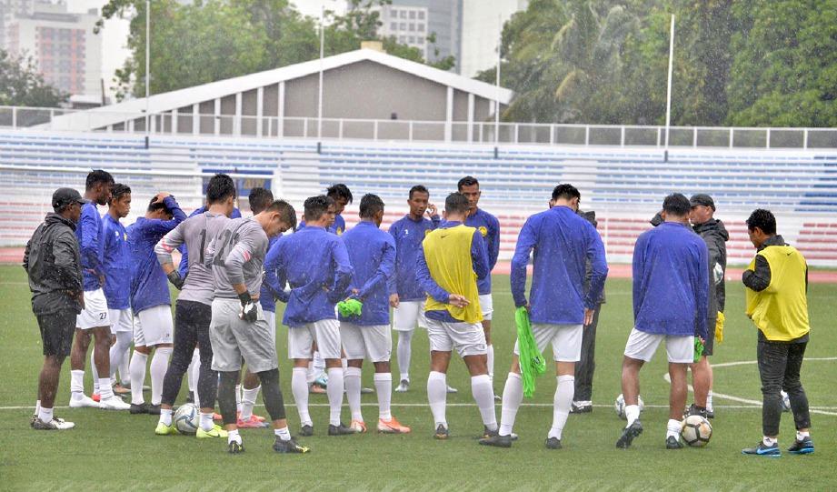 SKUAD B-22 negara menjalani latihan dalam hujan di Stadium Memorial Rizal semalam. FOTO facebook FAM