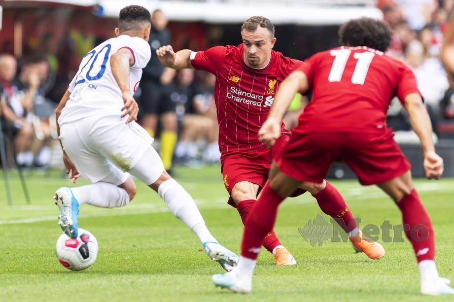 AKSI  pemain Liverpool,   Xherdan Shaqiri (tengah) cuba melepasi kawalan pemain Lyon,  Fernando Marcal. - FOTO EPA