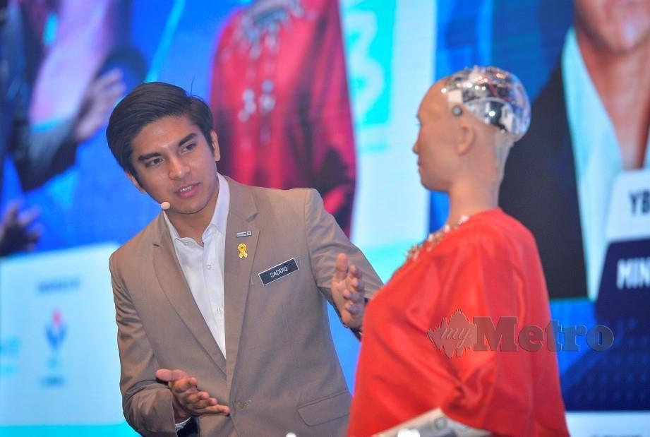 SYED Saddiq ketika berinteraksi bersama robot, Sophia sempena Sidang Kemuncak Melangkau Paradigma. FOTO Muhd Zaaba Zakeria