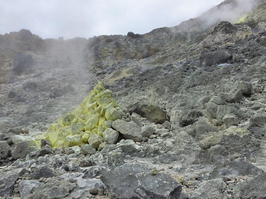 SULFUR yang menguning dan menghembuskan udara panas di Gunung Sibayak kini menakung air yang dingin walaupun dikelilingi aktiviti geoterma. FOTO Zuhainy Zulkiffli