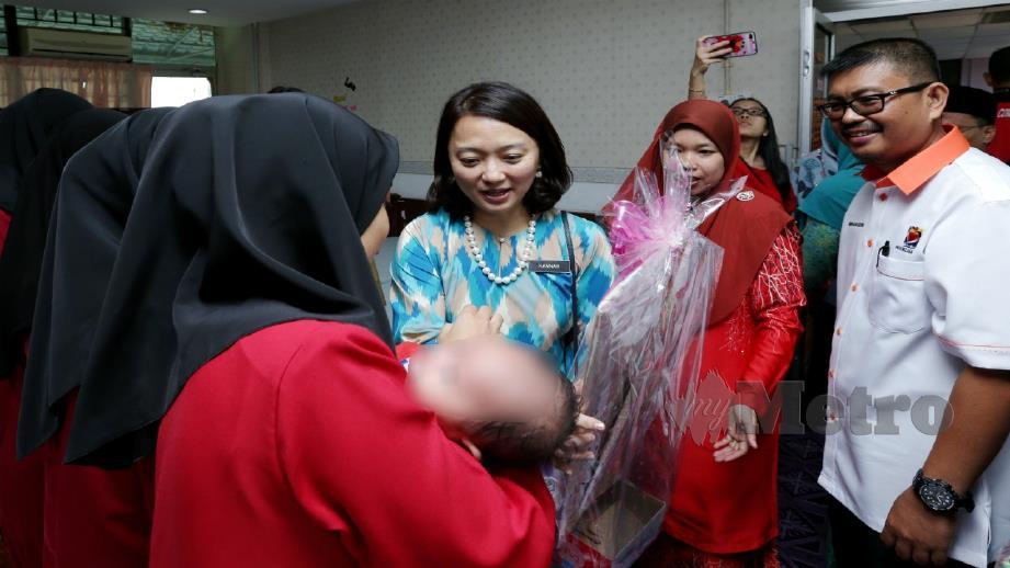 HANNAH (tengah) meluangkan masa beramah mesra dan sampaikan cenderahati kepada penghuni Sekolah Harapan Negeri dan bayi mereka, hari ini. FOTO Khairunisah Lokman.