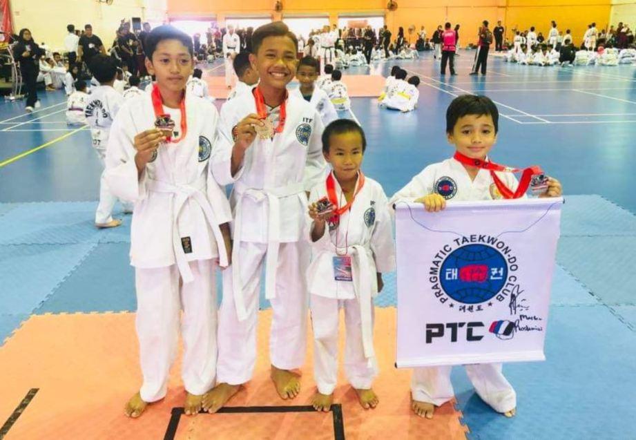 SEBAHAGIAN peserta yang memenangi pingat dalam Kejohanan Persatuan Taekwondo Kebangsaan Malaysia di Kompleks Sukan Setiawangsa, Kuala Lumpur, baru-baru ini.