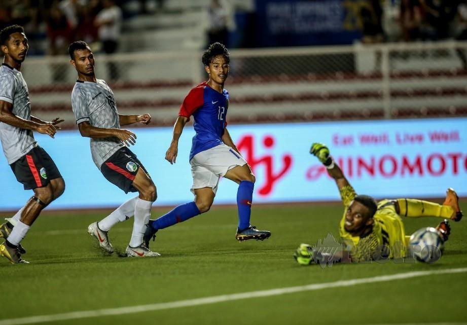 LUQMAN (dua dari kanan) melakukan percubaan yang gagal disekat pemain Timor Leste. FOTO/OSMAN ADNAN