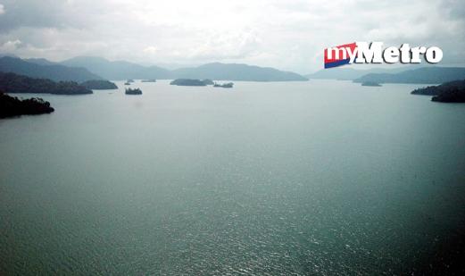 Tasik Kenyir, tasik buatan manusia terbesar di Asia Tenggara dengan keluasan 260,000 hektar. - Foto Fail