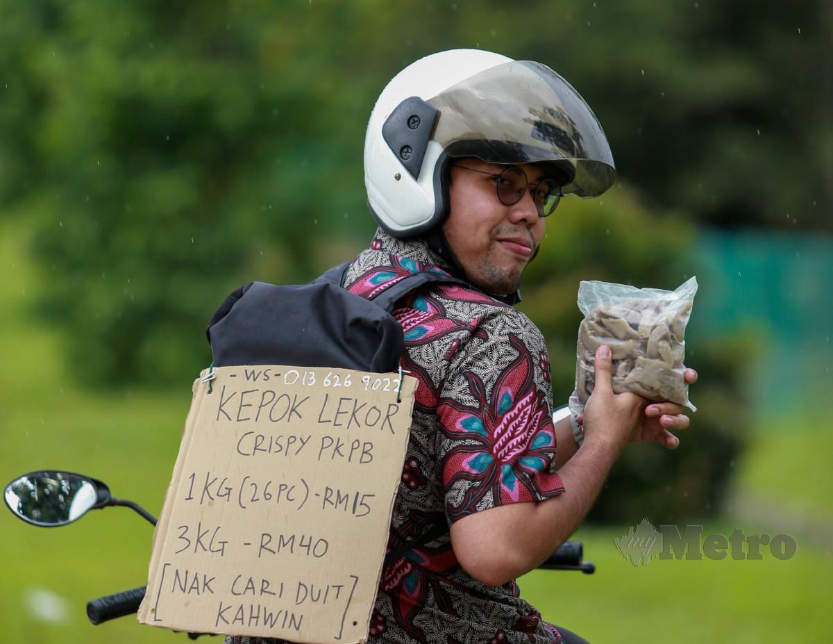 Tawfiq yang menjual keropok lekor sejuk beku tular di media sosial dan menerima sokongan netizen. Foto Aswadi Alias