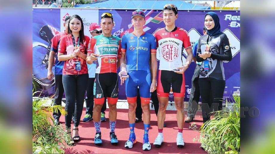 Raileanu (tengah) bersama pelumba Pasukan Hengxiang Cycling Team, Zheng Zhang (dua kanan) dan  Dominic Perez (dua kiri). FOTO NSTP/ASWADI ALIAS.