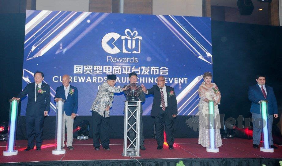 KETUA Pegawai Eksekutif CU International, Ten Yee Lim (tengah) bersama Timbalan Ketua Pegawai Eksekutif, Samantha Koh (dua dari kanan) melancarkan aplikasi CU Rewards.