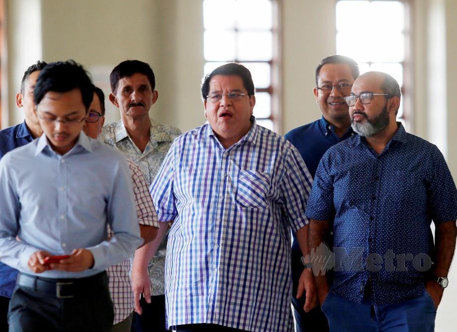 TENGKU Adnan (tengah) hadir di Mahkamah Tinggi Kuala Lumpur untuk perbicaraan kes rasuah. FOTO Supian Ahmad