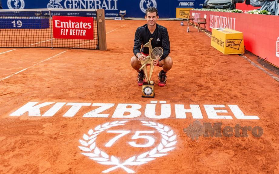 Thiem bersama trofi yang dimenangi pada Kejohanan Tenis Terbuka Generali di Kitzbuehel, Austria. FOTO AFP