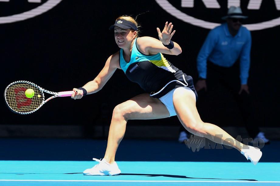Pemain Russia, Anastasia Pavlyuchenkova membalas pukulan Karolina Pliskova pada aksi Terbuka Australia. FOTO AFP