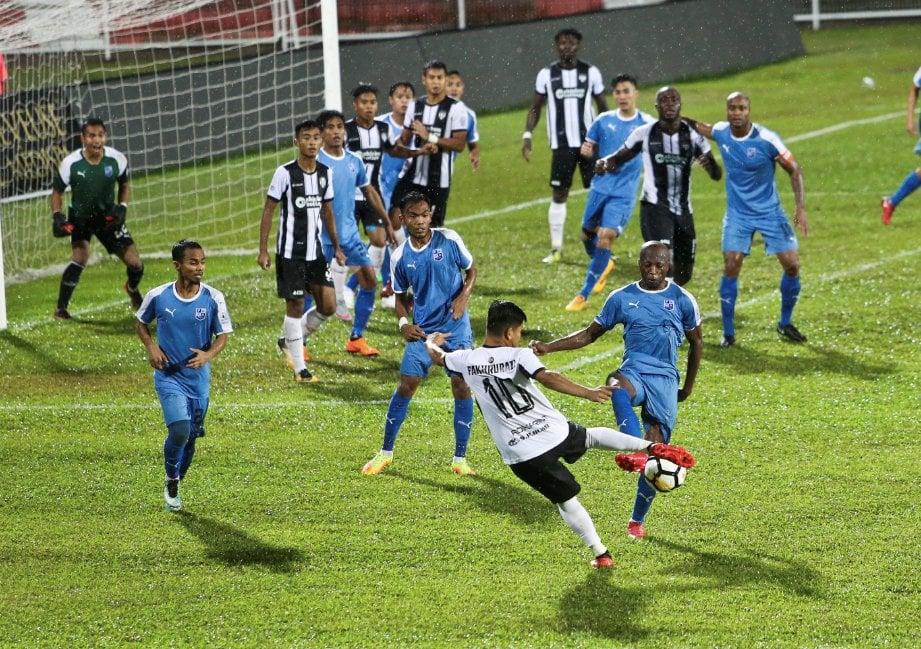 PEMAIN TFC II, Muhamad Fakhrurazi Musa (tengah) menendang bola dihadapan pintu gol  Pulau Pinang pada aksi perlawanan  Liga Perdana  di Stadium Sultan Ismail Nasiruddin Shah. -Foto GHAZALI KORI